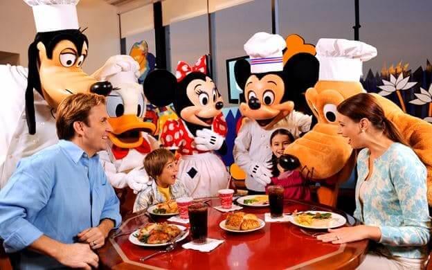 Restaurante Chef Mickey's na Disney Orlando: refeição com personagens