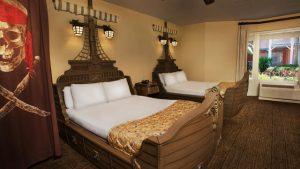 Hotel Disney's Caribbean Beach Resort em Orlando: quarto com tema de piratas