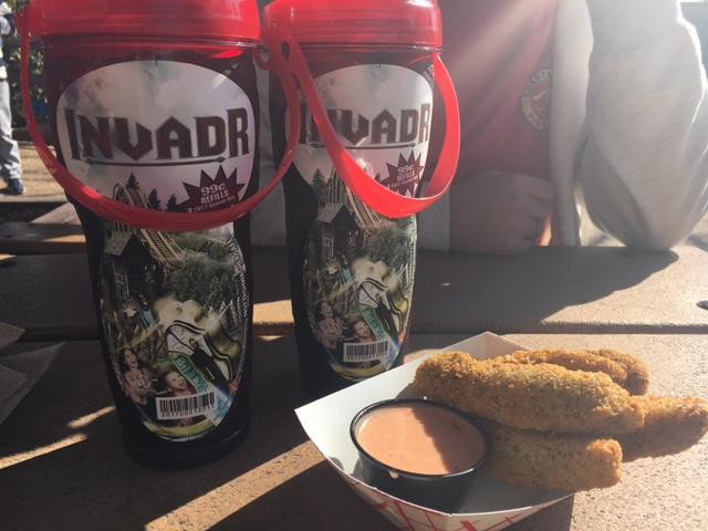 Copo com refil de bebidas no Busch Gardens: All Day Drink Cup