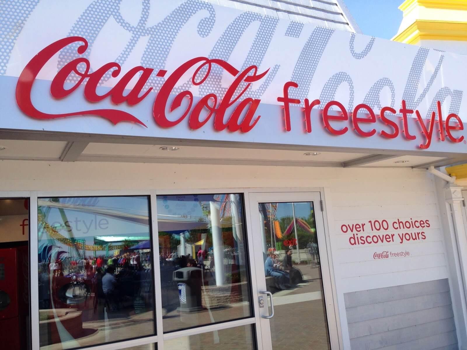 Copo com refil de bebidas no Busch Gardens: máquinas Coca-Cola Freestyle