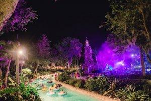 H2O Glow Nights no Typhoon Lagoon em Orlando: piscina do parque aquático Typhoon Lagoon