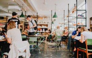 Dicas para viajar sozinho a Orlando: café da manhã em um hostel