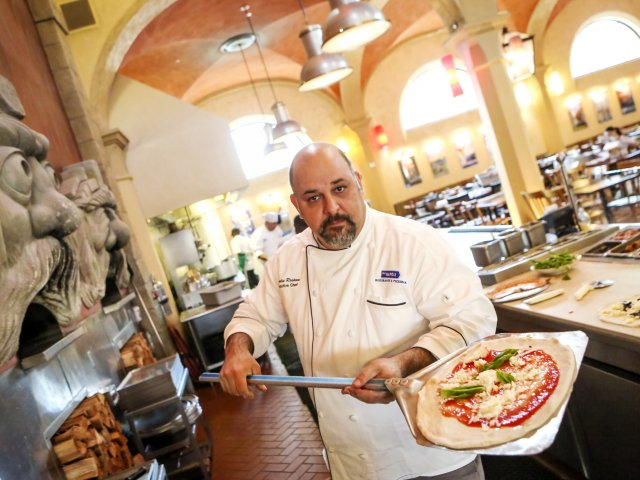 Restaurantes italianos em Orlando: chef no restaurante Via Napoli