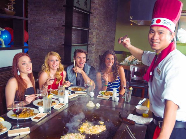 Restaurantes japoneses em Orlando: chef no restaurante Kobe Japanese Steakhouse