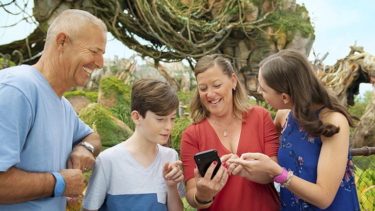 Família usando o celular em parque da Califórnia